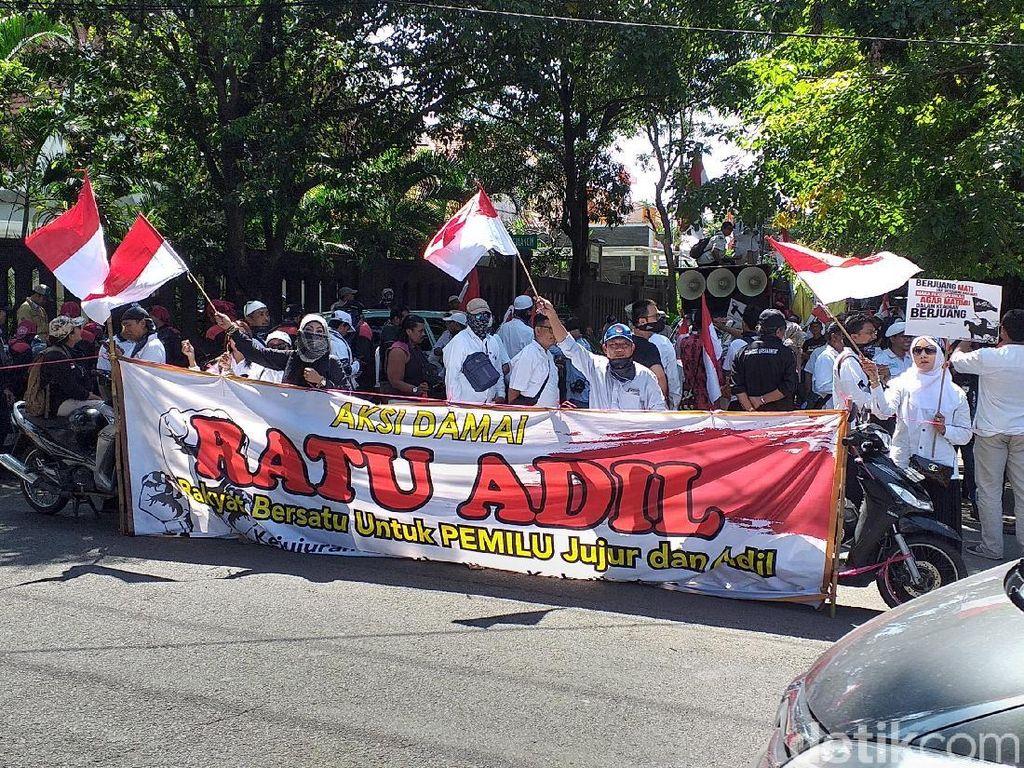 Massa Ratu Adil Geruduk Bawaslu Jatim Tuntut Jokowi-Maruf Didiskualifiaksi