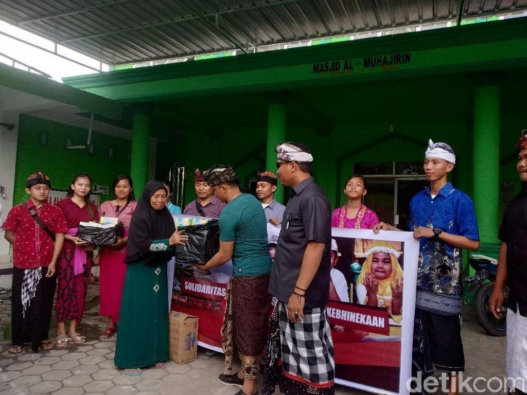 Indahnya Toleransi, Umat Hindu di Kendari Bagi-bagi Takjil ke Warga