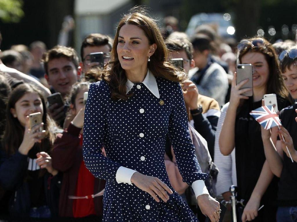 Ups, Kate Middleton Hampir Alami Malafungsi Baju Sebelum Jenguk Archie