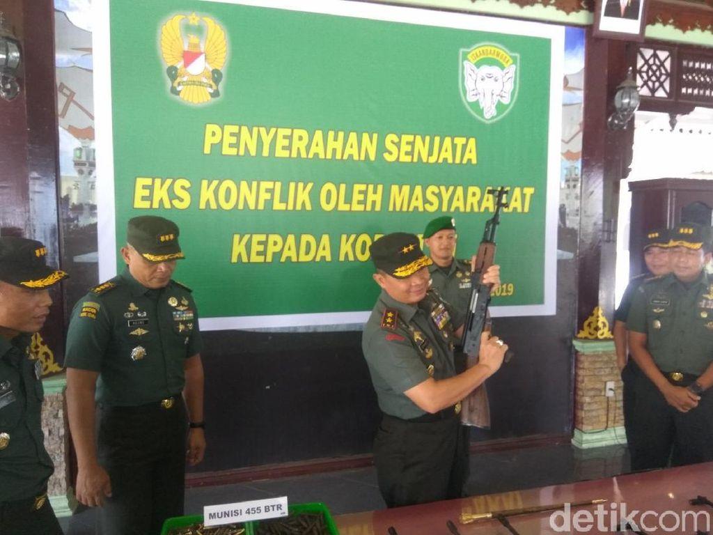 Warga Aceh Serahkan 12 Senapan Serbu dan Ratusan Peluru ke TNI