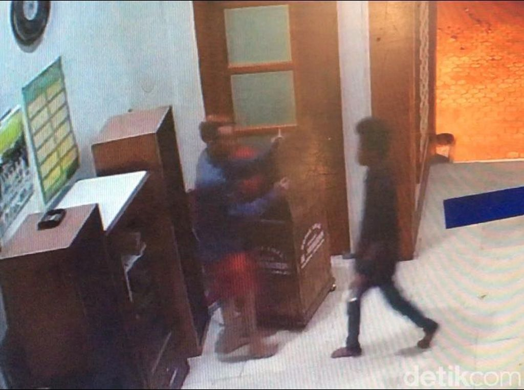 Terekam CCTV! Aksi 5 Remaja Curi Kotak Amal di Mojokerto