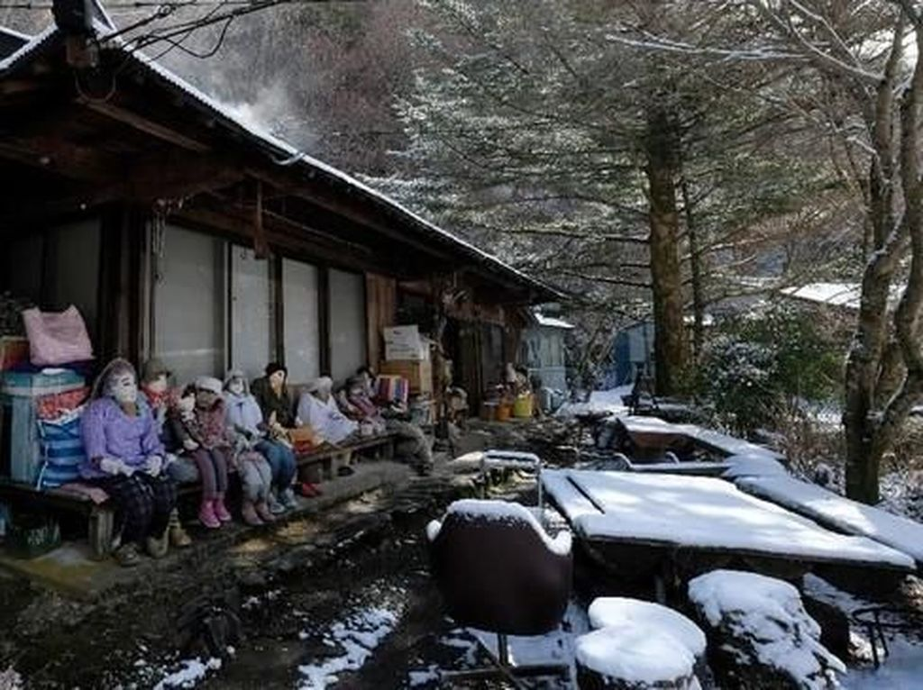 Seram atau Unik? Desa Ini Dihuni Ratusan Boneka Seukuran Manusia