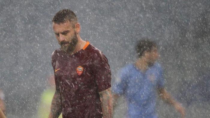 Daniele De Rossi temui ultras yang marah karena kepergiannya. (Foto: Paolo Bruno/Getty Images)