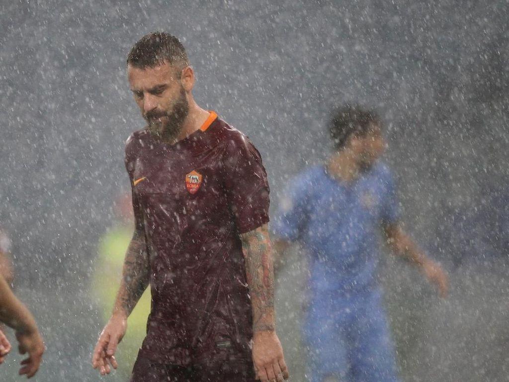 Di Bawah Guyuran Hujan, De Rossi Temui Ultras Roma yang Marah