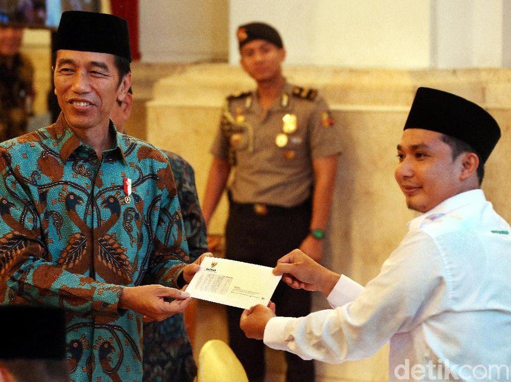 Senyum Cerah Jokowi Bayar Zakat di Istana