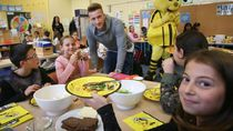 Hobi Makan Buah Jadi Rahasia Bugar Marco Reus, Pesepak Bola Tampan Jerman