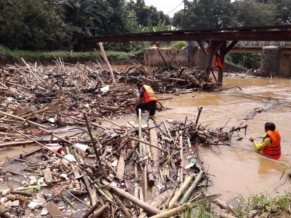 Jorok! Sungai Cikeas Bekasi Dipenuhi Tumpukan Sampah