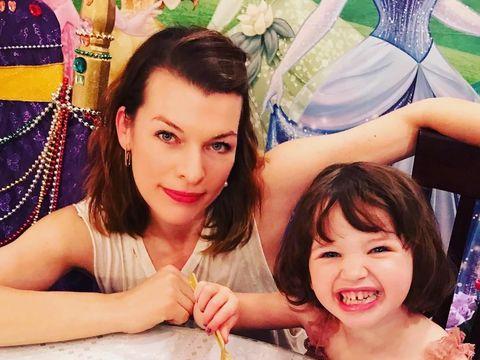 Milla Jovovich bersama putrinya
