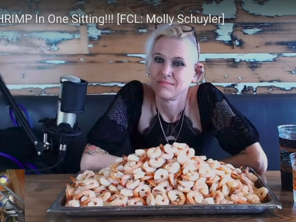 Begini Aksi Wanita yang Habiskan 642 Udang Rebus Sekali Makan!