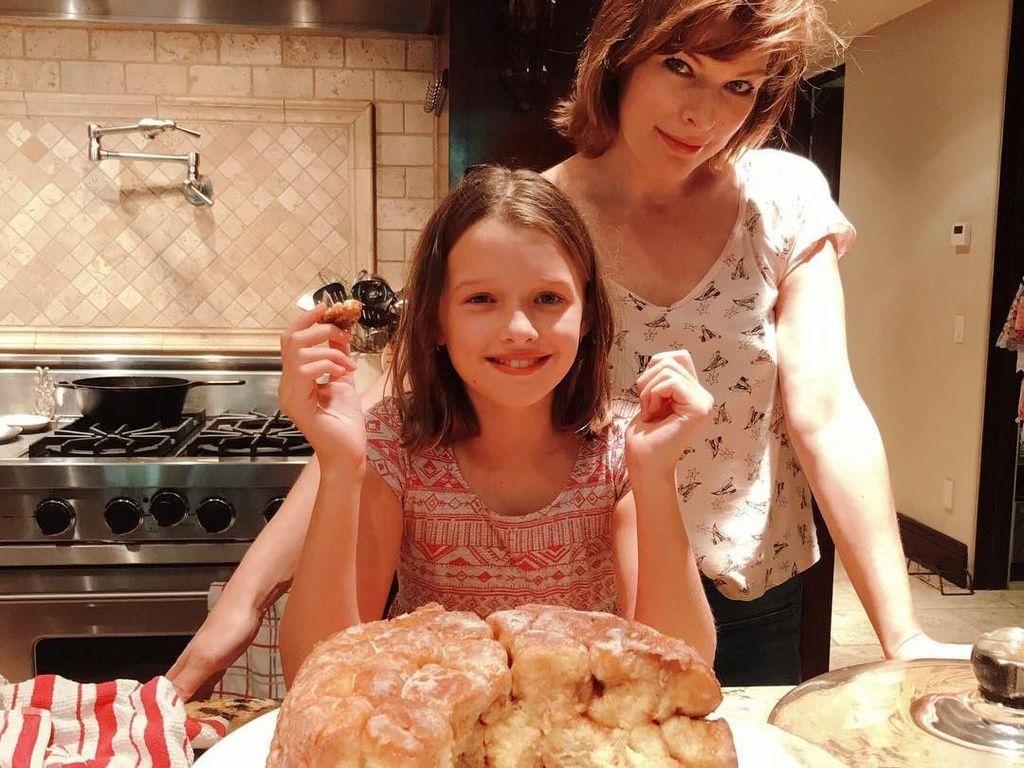 Meski Pernah Lakukan Aborsi, Milla Jovovich Sering Masak Bareng Putrinya, Lho!