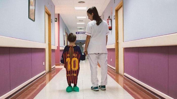 Jersey Barcelona yang dipakai Lionel Messi diubah menjadi baju rumah sakit untuk pasien anak-anak di Spanyol. (Foto: www.lasbatasmasfuertes.com)