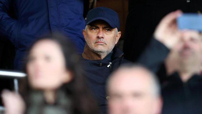 Jose Mourinho tampak menyindir suksesornya di Manchester United, Ole Gunnar Solskjaer. Foto: Clive Rose / Getty Images)