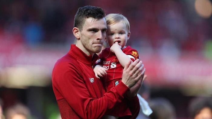 Andy Robertson menghabiskan waktu libur bersama keluarga. (Foto: Catherine Ivill/Getty Images)