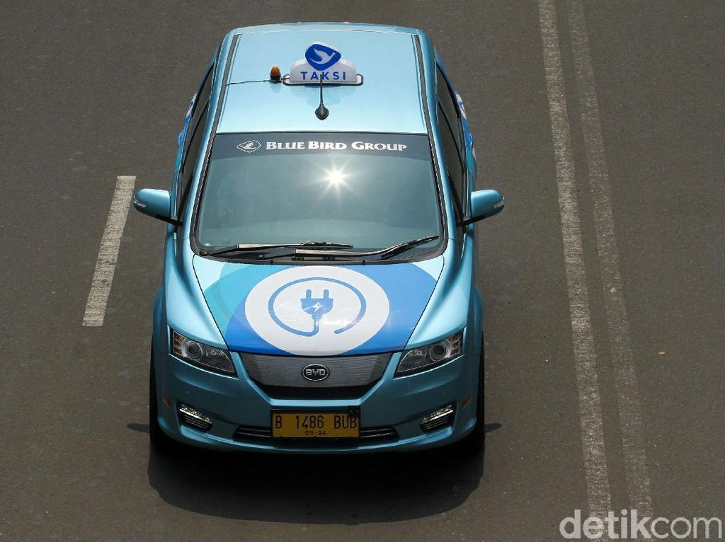 Pengalaman Sosial Saat Taksi Listrik Lewati Jalan Raya Ibukota
