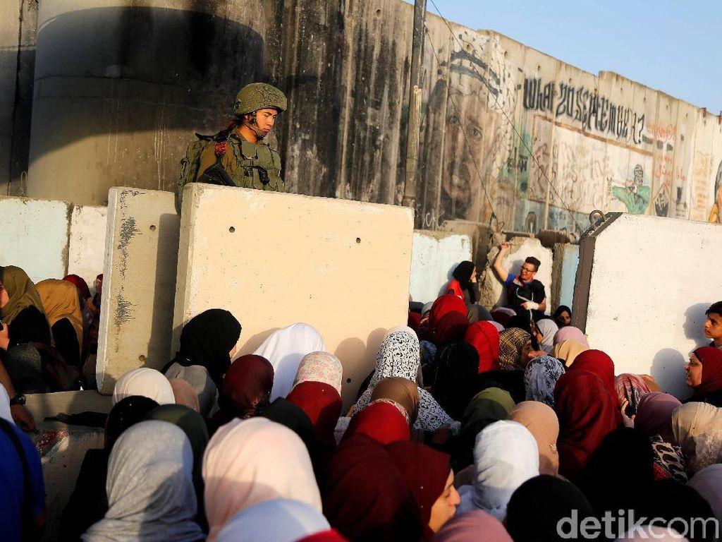 Potret Warga Palestina Salat Jumat Dikawal Ketat Tentara Israel