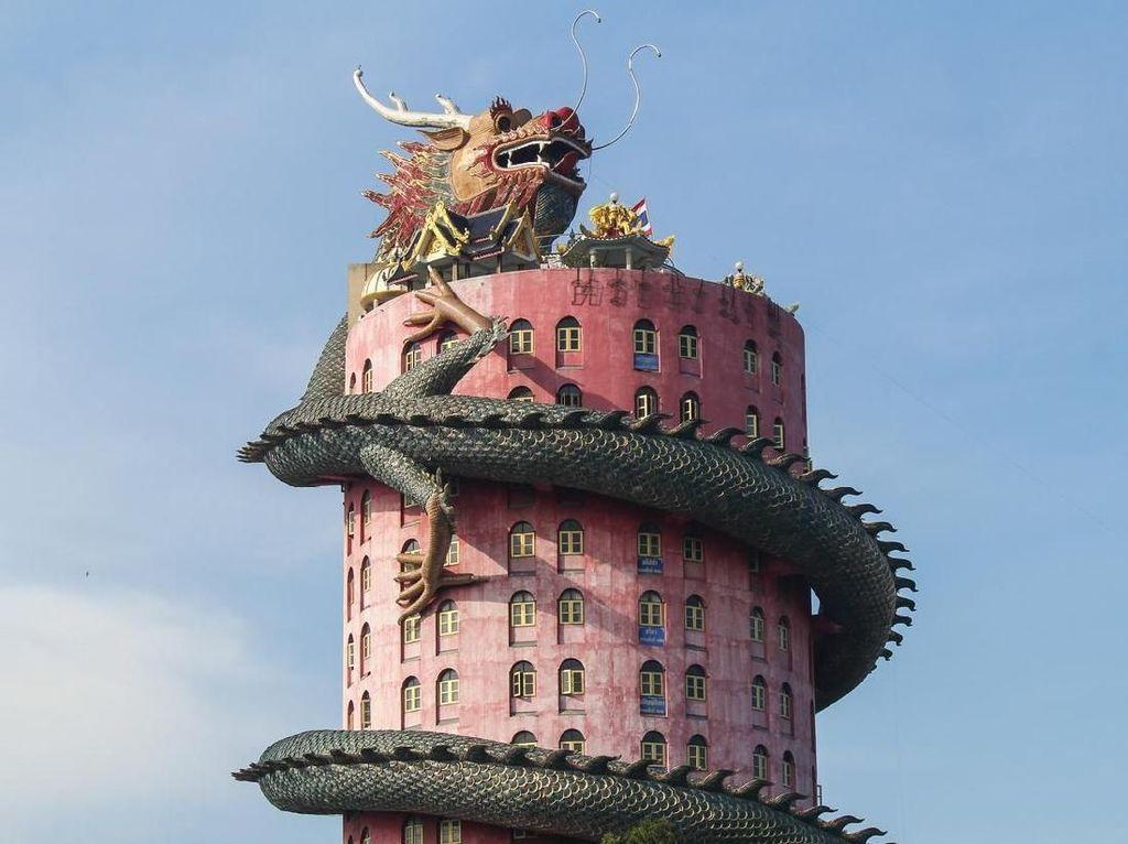 Foto: Vihara Merah Muda yang Dililit Naga di Thailand