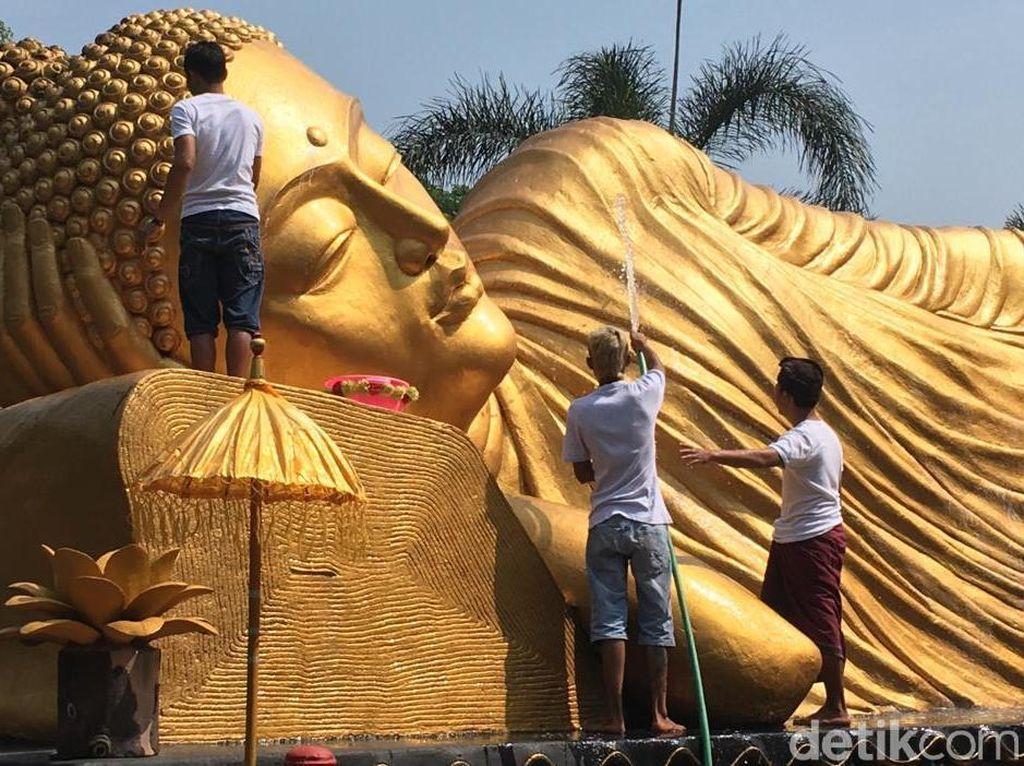 Sambut Waisak, Patung Budha Tidur di Maha Vihara Mojopahit Dimandikan