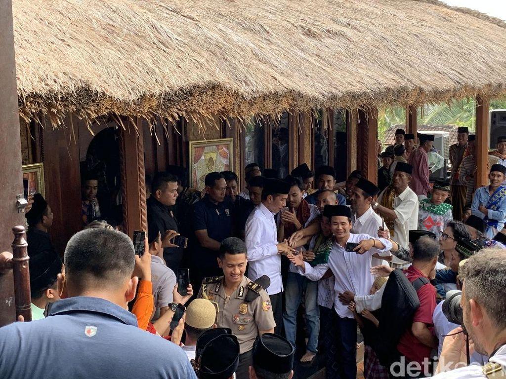 Jokowi Salat Jumat di Dusun Sasak Sade Lombok, Warga Antre Salaman