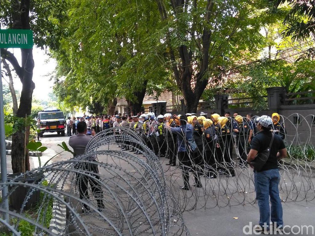 Aksi Bela Kedaulatan Rakyat, Kawat Berduri Dipasang di Bawaslu Jatim