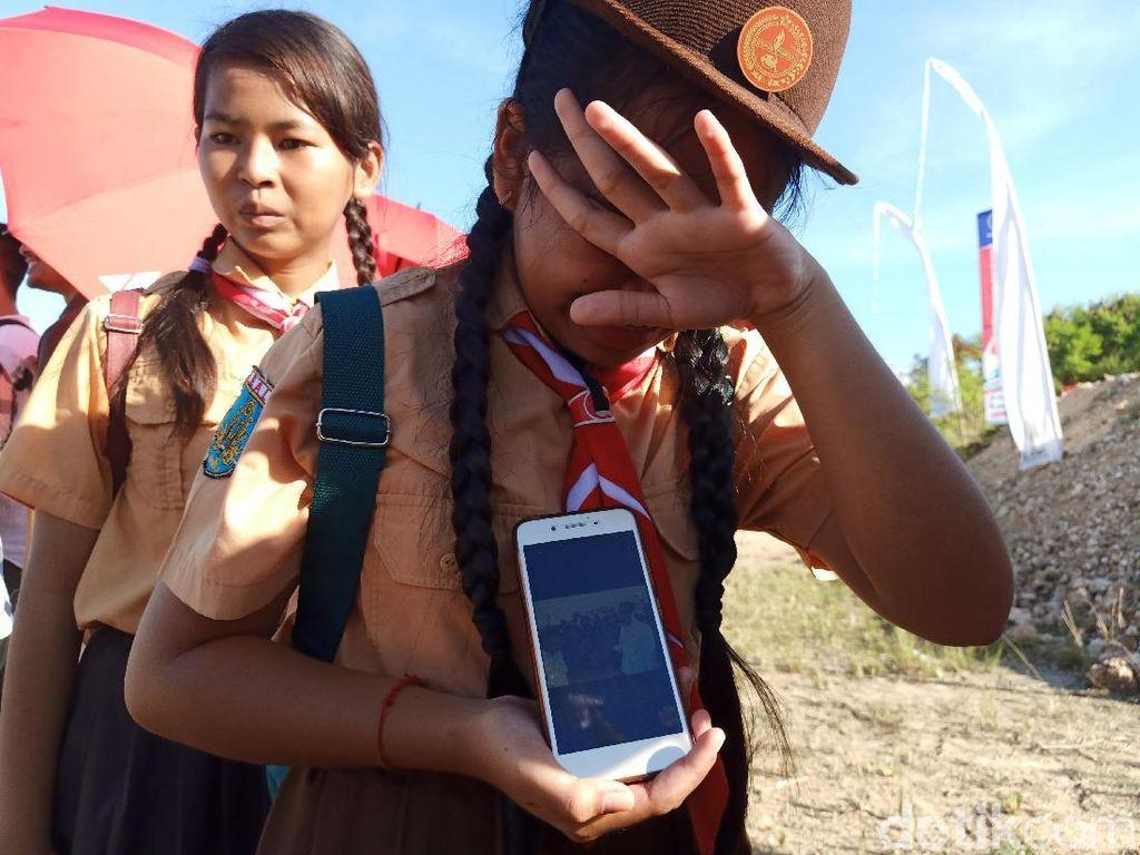 Tangis Haru Tika, Siswi SD yang Selfie Bareng Jokowi
