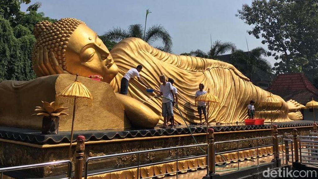 Jelang Waisak, Patung Budha Tidur Raksasa Dimandikan