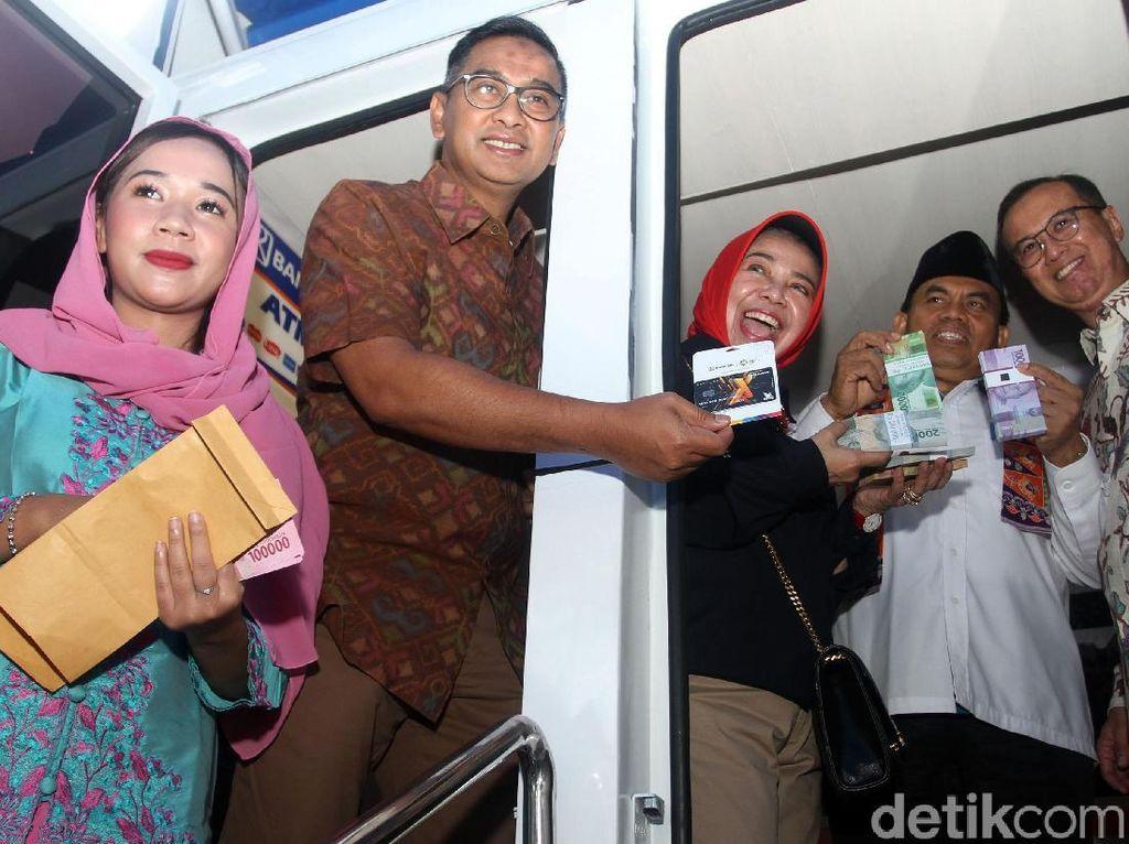 Deputi BI dan Sekda DKI Cek Penukaran Uang di Monas