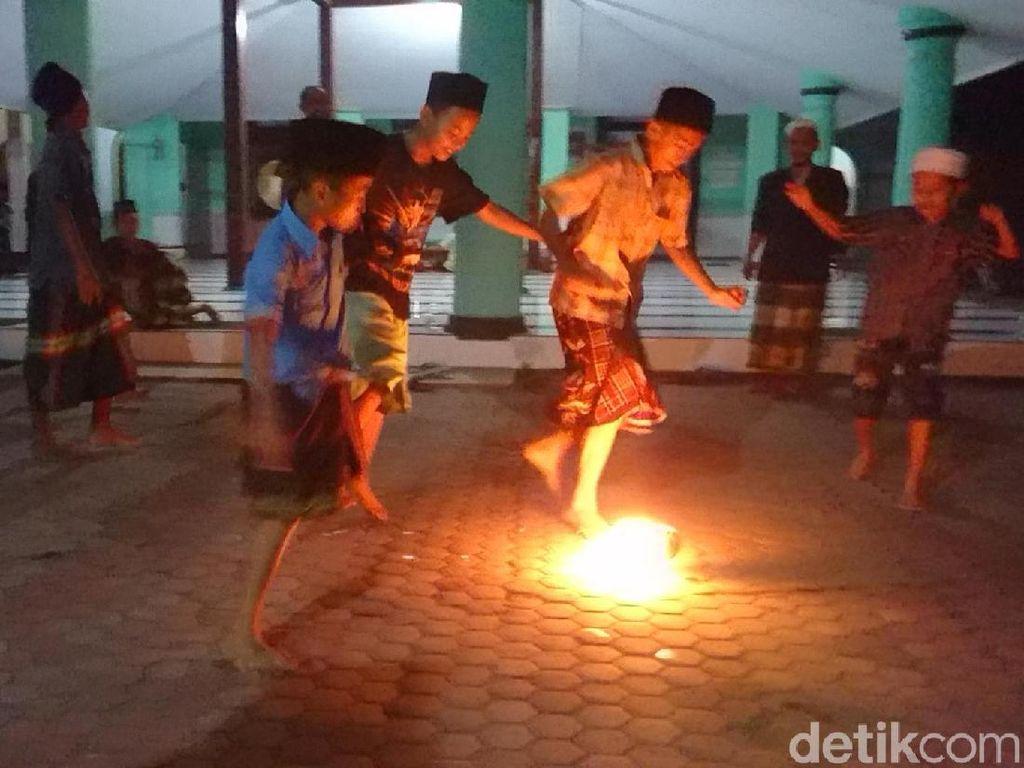 Tradisi Unik Ramadhan di Tulungaggung, Bermain Bola Api Usai Tadarus