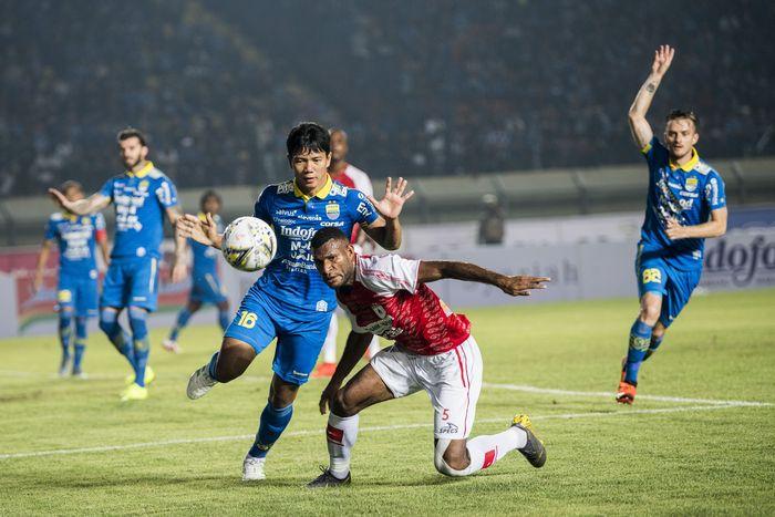 Persib Bandung menang telak 3-0 atas Persipura Jayapura di laga pertama Liga 1 2019. (Foto: M Agung Rajasa / Antara)