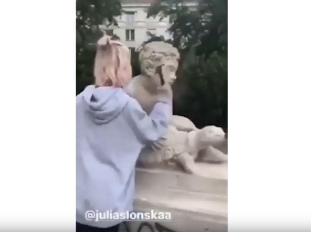 Demi Konten Instagram, Wanita Ini Hancurkan Patung Bersejarah