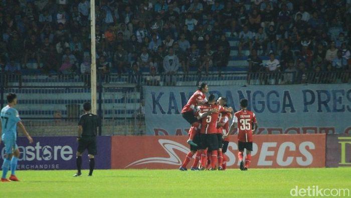 Madura United merayakan kemenangan 5-1 atas Persela Lamongan. Foto: Eko Sudjarwo/Detikcom)