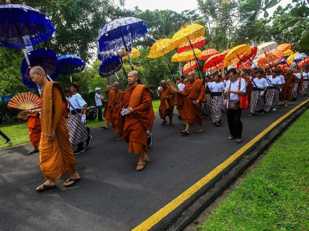Ribuan Orang Ikuti Kirab Waisak di Candi Borobudur