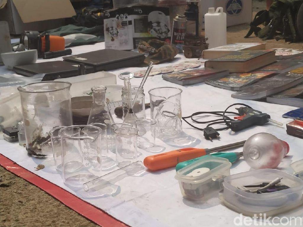 Polisi Bawa Bahan Peledak dari Rumah Teroris Pak Jenggot untuk Didisposal