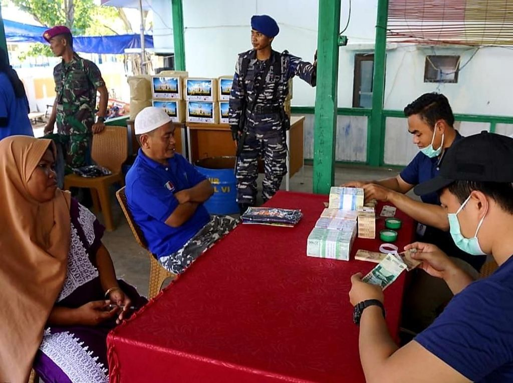 Warga Pulau di Sulsel Ini Ramai-ramai Tukar Uang untuk Lebaran