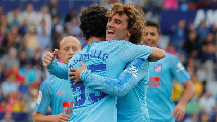Griezmann memeluk Camello yang membawa Atletico Madrid menyamakan skor ke gawang Levante di pekan terakhir Liga Spanyol. (Foto: Heino Kalis/Reuters)