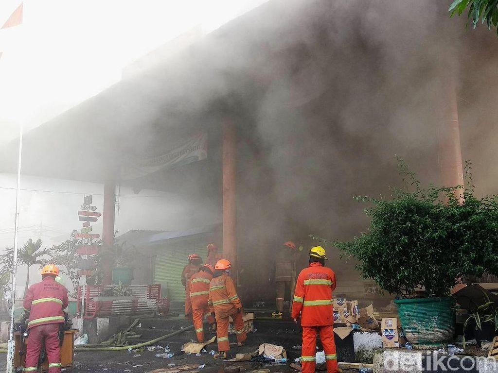 Penampakan Asap Tebal di Kebakaran Pasar Kosambi