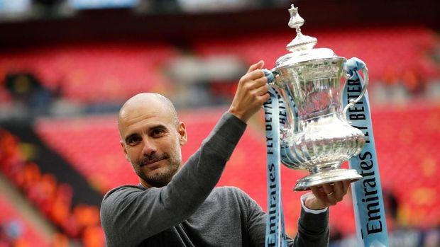 Pep Guardiola merebut tiga gelar domestik bersama Man City musim ini.