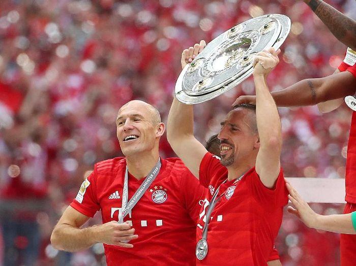 Franck Ribery dan Arjen Robben merayakan keberhasilan Bayern Munich memenangi Liga Jerman. (Foto: Michael Dalder/Reuters)