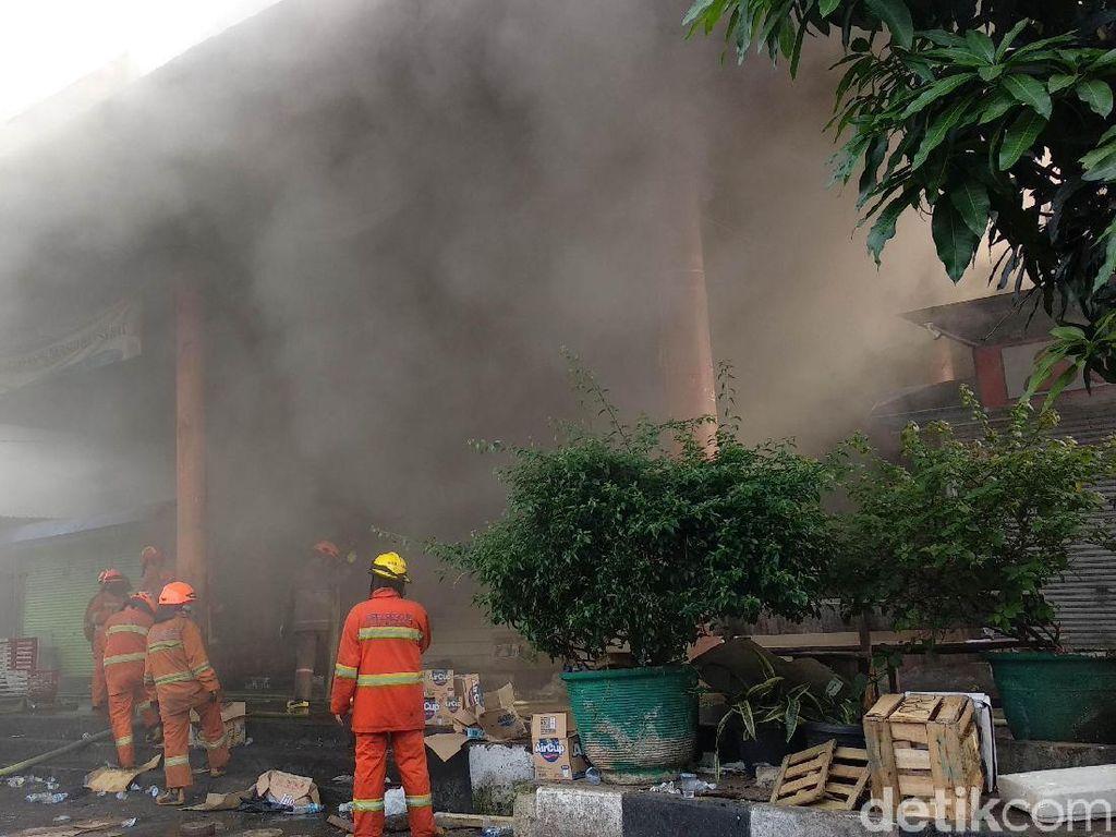 Asap Tebal, Petugas Kesulitan Padamkan Api di Pasar Kosambi Bandung