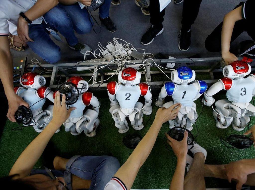 Lulusan SMP dan SMA Ini Buat Robot dari Barang Bekas