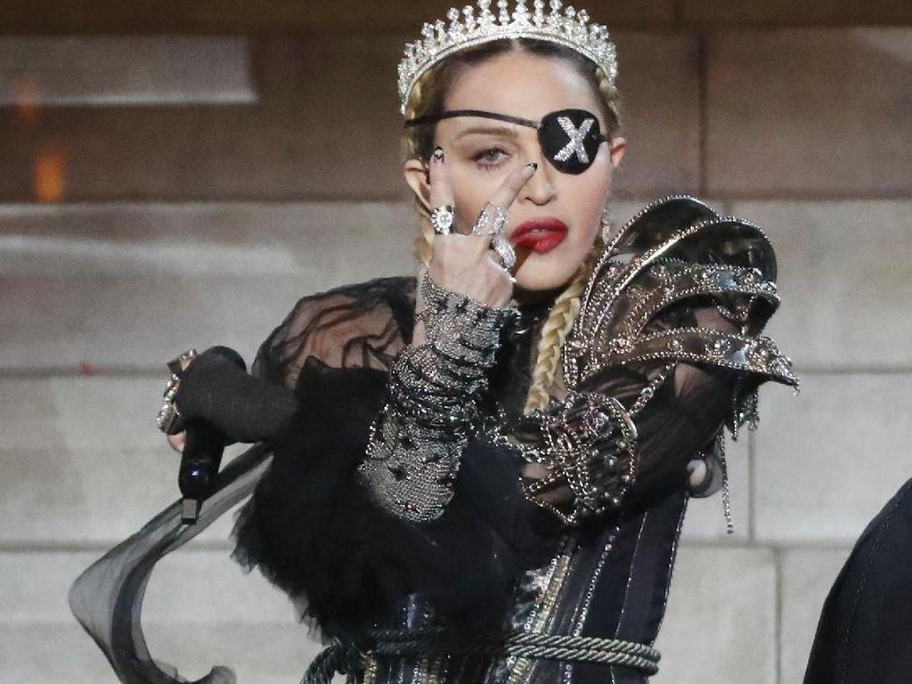 Keren, Madonna Pakai Aksesori Karya Desainer Indonesia Lagi