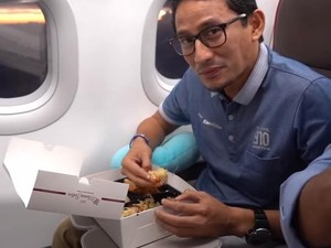 Buka Puasa di Pesawat, Sandiaga Makan Nasi Mandhi Pakai Tangan