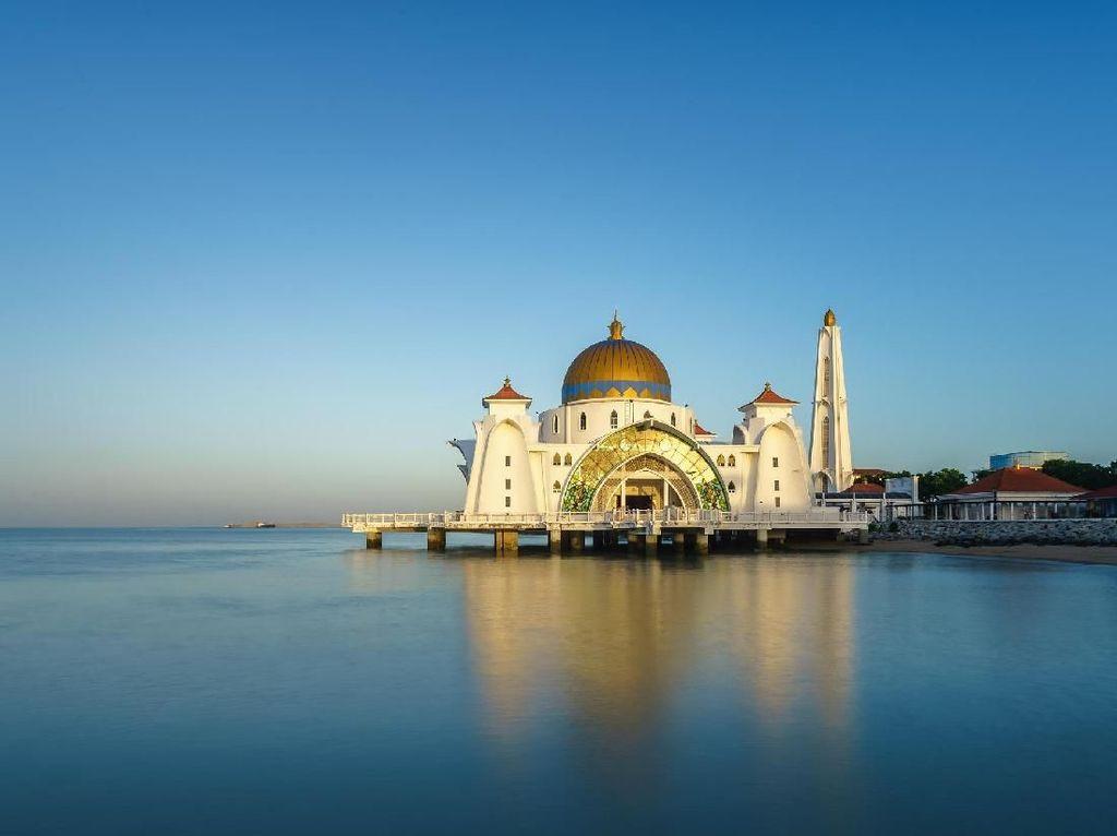 Foto: Masjid Terapung di Selat Terpanjang Dunia