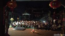 Perayaan Sederhana Waisak di Kelenteng Tri Dharma Probolinggo yang Terbakar