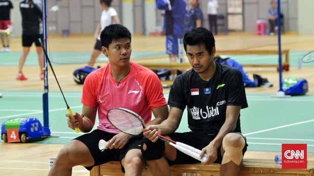 Praveen Jordan dan Tontowi Ahmad tengah berdiskusi di sela latihan