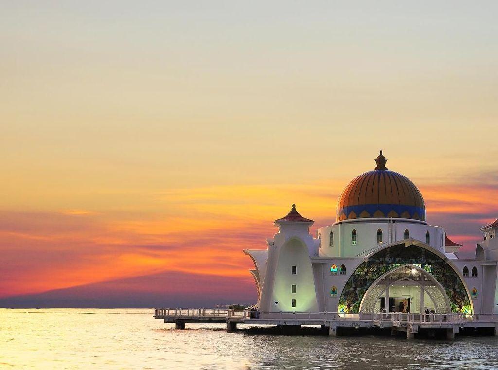 Masya Allah! Masjid Terapung di Selat Malaka yang Unik dan Cantik