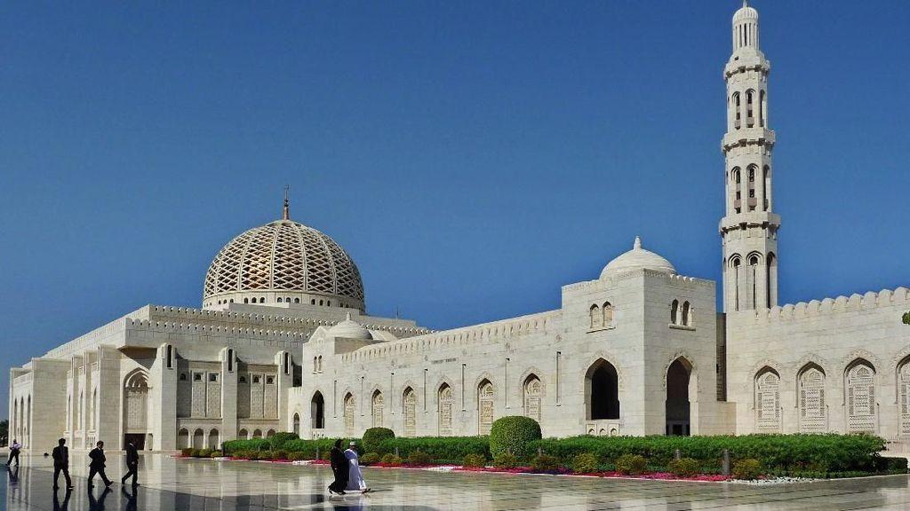 Terpesona Keindahan Masjid Agung Sultan Qaboos di Oman