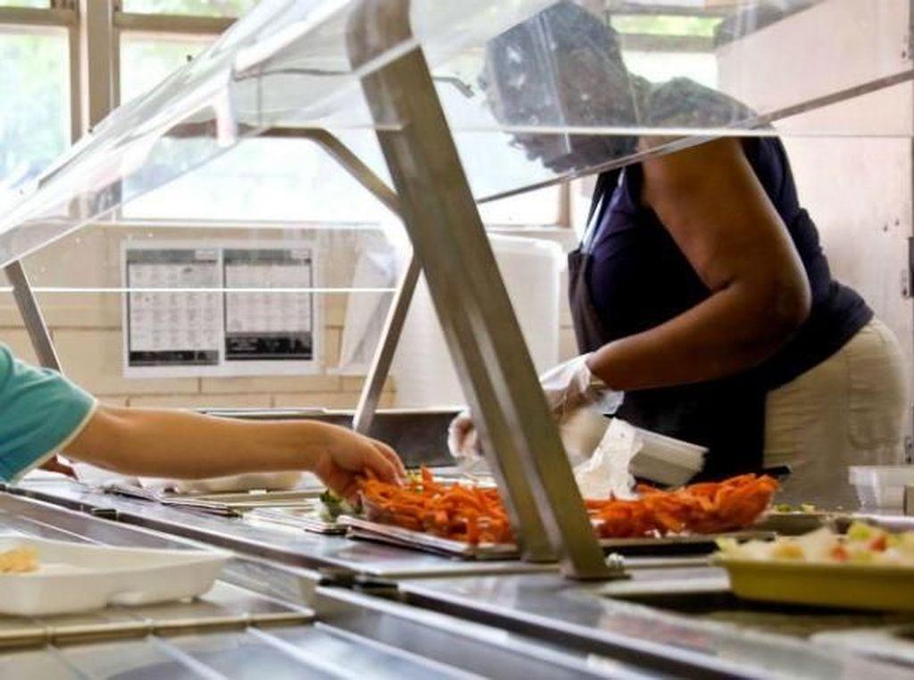 Pelayan Ini Dipecat Setelah Ketahuan Beri Makan Gratis pada Siswa Kelaparan