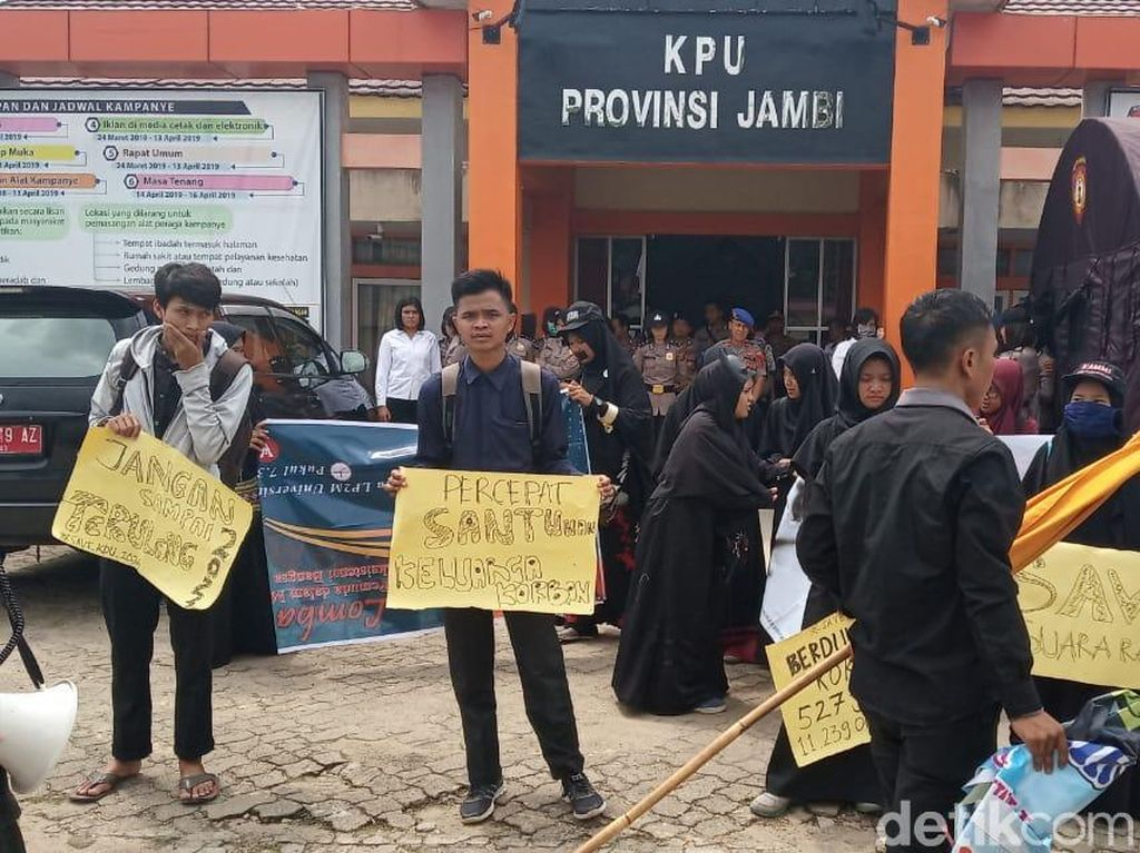 Mahasiswa Pasang Bendera Kuning di KPU Jambi, Minta Santunan KPPS Segera Cair