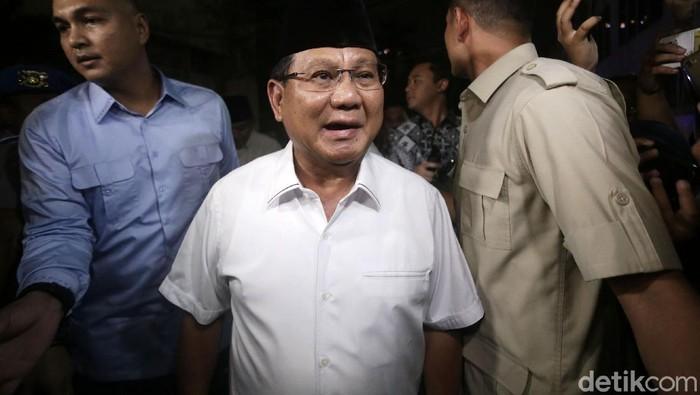 Prabowo Subianto mendatangi Polda Metro Jaya untuk menjenguk Eggi Sudjana dan Lieus Sungkharisma. Namun ia gagal menjenguk karena jam besuk sudah habis.