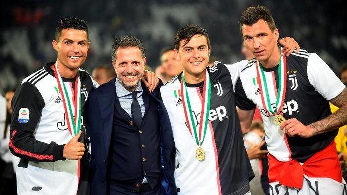 Fabio Paratici (berjas) dengan sejumlah pemain Juventus dalam perayaan Scudetto musim 2018/2019. (Foto: REUTERS/Massimo Pinca)